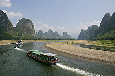 Cruise boats on Li River, between Guilin and Yangshuo, Li River, Guilin, Guangxi Province, China, Asia