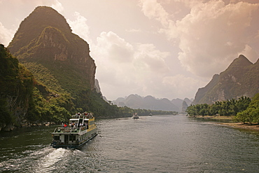 Cruise boats on Li River between Guilin and Yangshuo, Guilin, Guangxi Province, China, Asia