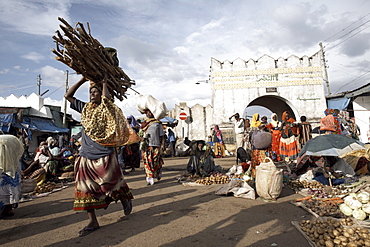 The market at the entrance to the Shoa Gate, one of six gates leading into the walled city of Harar, Ethiopia, Africa