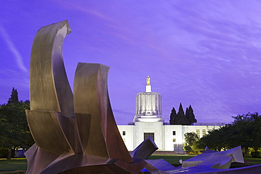 Fountain and State Capitol building in Salem, Oregon, United States of America, North America