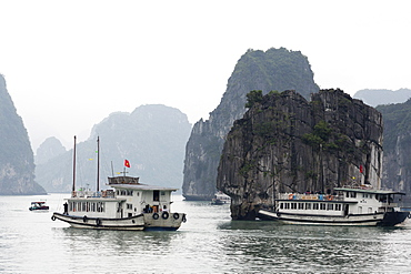 Chinese junk in Halong Bay, UNESCO World Heritage Site, Vietnam, Indochina, Southeast Asia, Asia