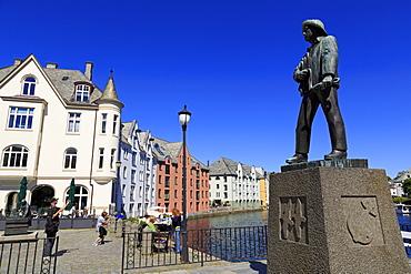 Fisherman sculpture in Apoteker Square, Alesund City, More og Romsdal County, Norway, Scandinavia, Europe