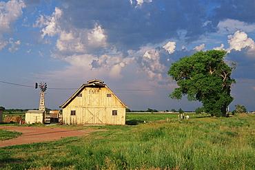 Barn near Chimney Rock, Scotts Bluff, Nebraska, United States of America, North America