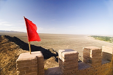 Red Flag flying on overhanging great wall, UNESCO World Heritage Site, Jiayuguan, Gansu, China, Asia