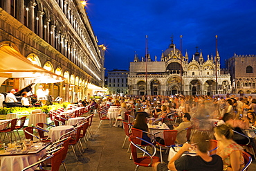 Musicians entertaining customers outside cafe in St. Mark's Square at night with the Basilica di San Marco (St. Mark's Basilica in the background, Venice, UNESCO World Heritage Site, Veneto, Italy, Europe