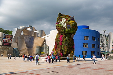 Jeff Koons' Puppy outside the Guggenheim Museum, designed by Frank Gehry, Bilbao, Biscay (Vizcaya), Basque Country (Euskadi), Spain, Europe