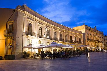 Cafe in the evening, Palazzo Beneventano del Bosco, Piazza Duomo, Ortygia, Syracuse, Sicily, Italy, Europe