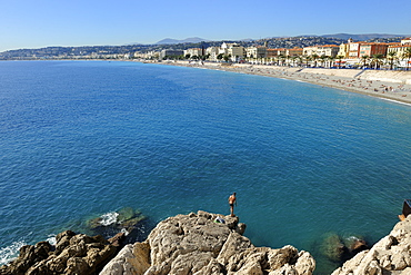 Beach and promenade des Anglais, Nice, Alpes Maritimes, Provence, Cote d'Azur, French Riviera, France, Mediterranean, Europe