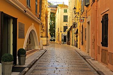 Narrow back street, St. Tropez, Var, Provence, Cote d'Azur, France, Europe
