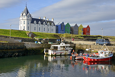 Fishing boats in the harbour and the former John O'Groats Hotel, now luxury self catering apartments, John O'Groats, Caithness, Highland Region, Scotland, United Kingdom, Europe