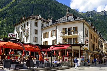 Alfresco restaurant and shops, Chamonix Mont Blanc, French Alps, Haute Savoie, France, Europe