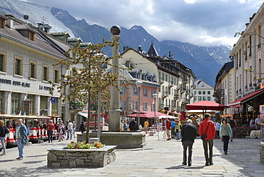 Shops in centre of town, Chamonix Mont Blanc, French Alps, Haute Savoie, France, Europe