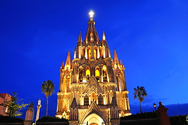 Mexico, Bajio, San Miguel de Allende , La Parroquia de San Miguel Arcangel neo-gothic exterior illuminated at night.