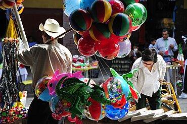 Mexico, Bajio, San Miguel de Allende, Balloon seller in El Jardin town square.