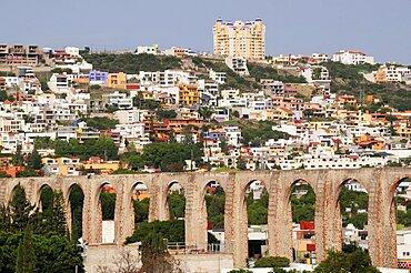Mexico, Bajio, Queretaro, City view with aquaduct from mirador.