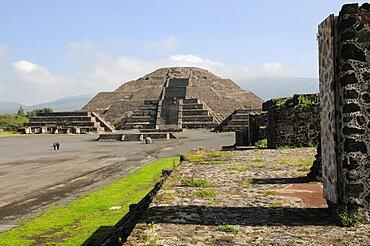 Mexico, Anahuac, Teotihuacan, Pyramid de la Luna and Plaza de la Luna with tourist visitors.