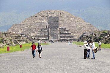 Mexico, Anahuac, Teotihuacan, View along Calzada de los Muertos towards the Pyramid de la Luna with tourist visitors.