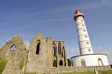 France, Brittany, Pointe de St-Mathieu, St Mathieu lighthouse and ruined Abbey at Pointe de St Mathieu at the mouth of the Gulf of Brest near Le Conquet.