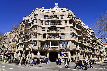 Spain, Catalunya, Barcelona, La Pedrera by Antoni Gaudi, full view of the building's facade.