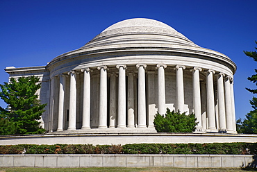 USA, Washington DC, National Mall, Thomas Jefferson Memorial, View of dome and pillars from the west side.