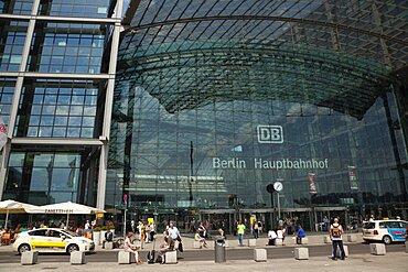 Germany, Berlin, Mitte, Hauptbahnhof steel and glass train station designed by Meinhard von Gerkan.
