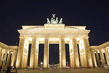 Germany, Berlin, Mitte, Brandenburg Gate in Pariser Platz illuminated at night.