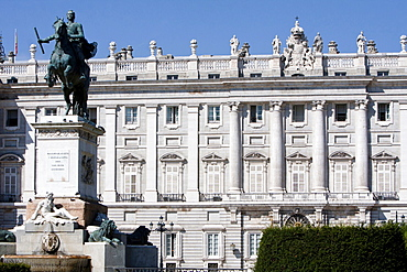Spain, Madrid, Statue of Philip IV to the left with the Palacio Real in the background.