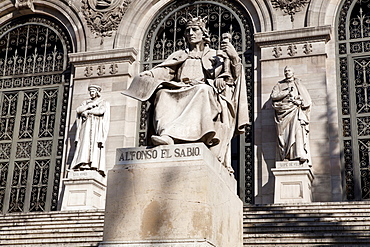 Spain, Madrid, Statues of Lope de Vega & Alfonso el Sabio on the steps outside the National Library.