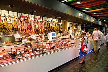 Spain, Madrid, Delicatessen in Mercado San Anton.