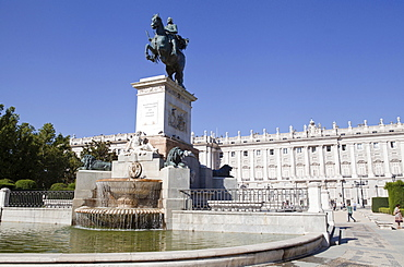 Spain, Madrid, Statue of Philip IV of Spain with the Palacio Real in the background.