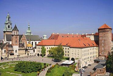 Poland, Krakow, Wawel Hill, Wawel Castle, View of Wawel Cathedral and Wawel Castle from The Sandomierska Tower.