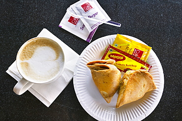 INDIA  Food Cappuccino and samosas in a modern coffee shop. Coffee Cup Food Dining Indian Snack Tasty Cappuccino Samosa Asia Bharat Inde Intiya Store Asian