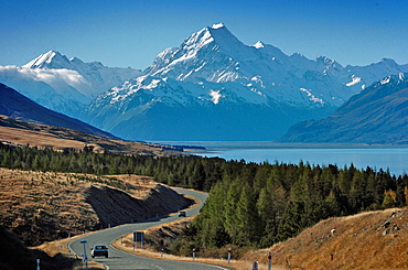 NEW ZEALAND SOUTH ISLAND WEST COAST MOUNT COOK NATIONAL PARK  VIEW OF NEW ZEALANDS HIGHEST MOUNTAIN MOUNT COOK  CENTRE  AND MOUNT HICKS  LEFT  WITH SUN ON THEIR WEST FACES WITH LAKE PUKAKI BELOW TAKEN FROM ROUTE 80 MOUNT COOK ROAD. Antipodean Oceania Center Scenic