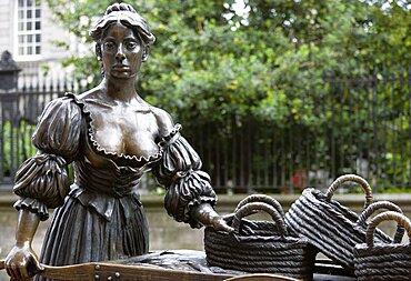 Ireland, County Dublin, Dublin City, Bronze statue of Molly Malone with her fishmonger wheelbarrow in Grafton Street