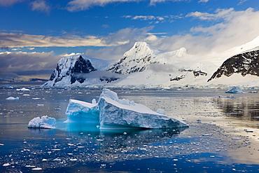 Icebergs drifting past snow covered mountains on the Gerlache Strait, Antarctic Peninsula, Antarctica, Polar Regions