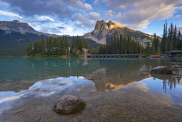 Emerald Lake Lodge and Mount Burgess in the Canadian Rockies, Yoho National Park, UNESCO World Heritage Site, British Columbia, Canada, North America