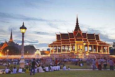 Crowds outside Royal Palace at dusk, Phnom Penh, Cambodia, Indochina, Southeast Asia, Asia