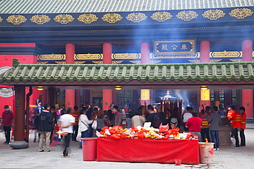People praying at Che Kung Temple, Shatin, New Territories, Hong Kong, China, Asia