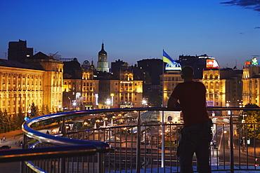 Man looking at Independence Square (Maydan Nezalezhnosti), Kiev, Ukraine, Europe