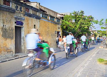 Cyclos passing along street, Hoi An, UNESCO World Heritage Site, Quang Nam, Vietnam, Indochina, Southeast Asia, Asia