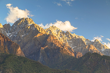 Tiger Leaping Gorge, UNESCO World Heritage Site, and Jade Dragon Snow Mountain (Yulong Xueshan), Yunnan, China, Asia