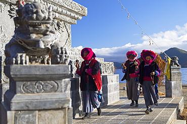 Mosu women praying at shrine, Luoshui, Lugu Lake, Yunnan, China, Asia