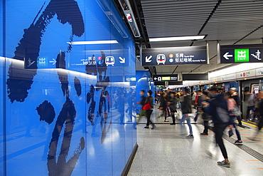 People on Admiralty MTR Station platform, Admiralty, Hong Kong Island, Hong Kong, China, Asia