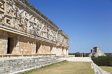 Palace of the Governor on left, with Pyramid of the Magician in the background, Uxmal, Mayan archaeological site, UNESCO World Heritage Site, Yucatan, Mexico, North America