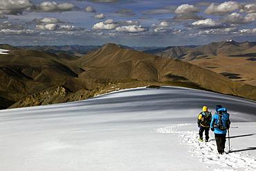 Climbers descending Mentok I, 6200m, high above Tso Mori Lake, Ladakh, India, Asia