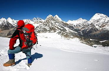 Mountaineer looking towards Everest, Khumbu, Himalayas, Nepal, Asia