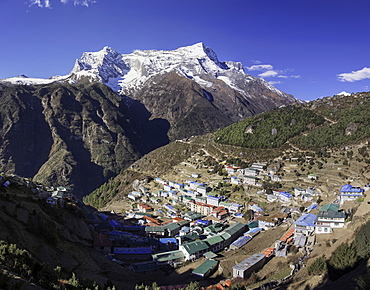 The town of Namche Bazaar with the  Kongde Ri (Kwangde Ri) mountain range in the background, Himalayas, Nepal, Asia