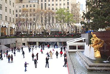 Ice skating rink, Rockefeller Center, Manhattan, New York City, United States of America, North America