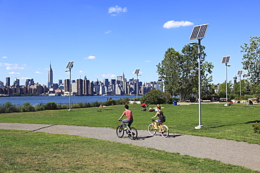 East River State Park with view of Manhattan skyline, Williamsburg, Brooklyn, New York City, United States of America, North America