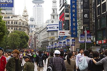 Pedestrians, Nanjing Road East, Nanjing Dong Lu, Shanghai, China, Asia